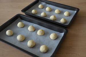 worstenbroodjes - bolletjes deeg voor de 1e rijs
