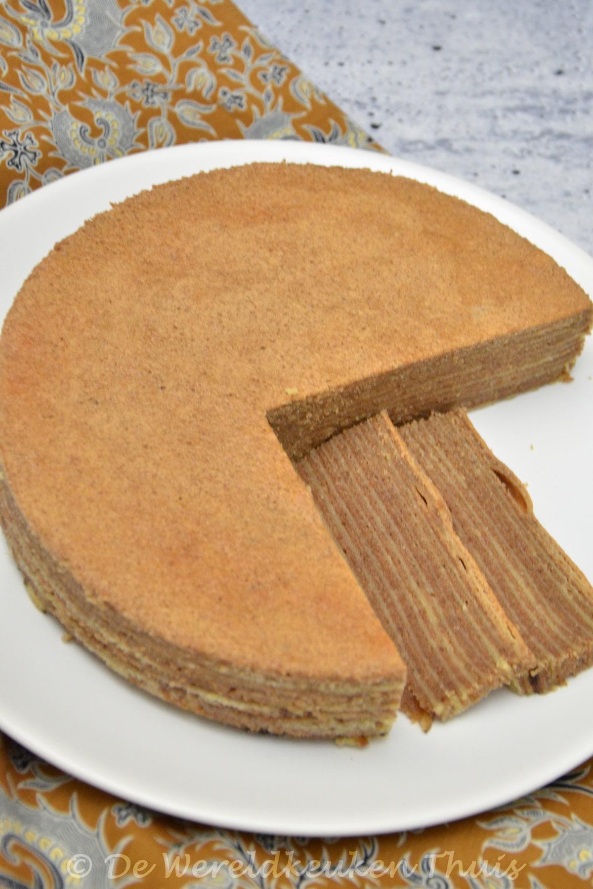 Oma's Indische spekkoek als aangesneden cake met 2 plakjes